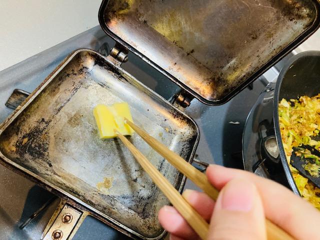 ホットサンドの作り方_バターを塗る