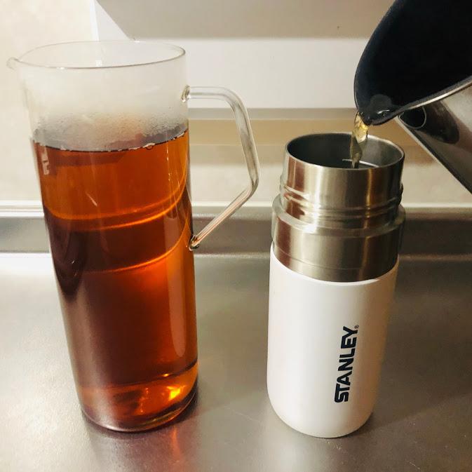 はぶ茶をピッチャーと水筒に入れる