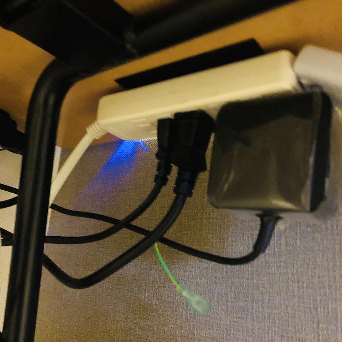 デスクの裏に電源タップを張り付ける
