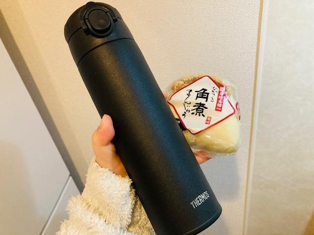 ズボラ弁当_岩崎本舗の角煮まんじゅうとサーモスに入れたお茶