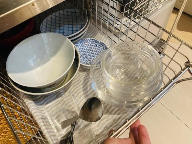 小さい食器の収納_ステンレスバスケット